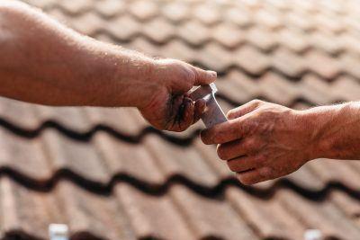 De Zoncorporatie - zonnepanelen installeren handen schroef