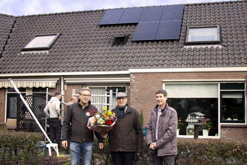 De Zoncorporatie - overhandiging bloemen zonnepanelen